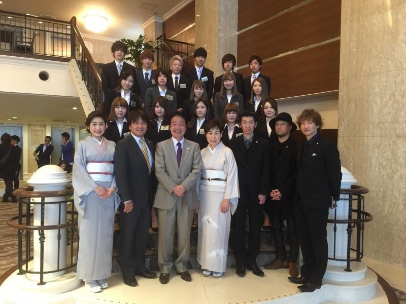 平成29年度、エマ美容室グループ(EMA)入社式が、レセプションハウス名古屋逓信会館にて行なわれました。未来のスーパー美容師の卵たちが、新しく16名が入社いたしました。