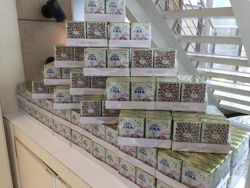ご来店のお客様全員に、【50周年記念・エマオリジナルサクマ式ドロップス】をプレゼントしています。